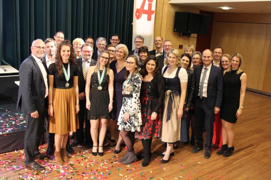 Gruppenbild mit Siegerinnen des PKA-Bundeslehrlingswettbewerbes und mit Jury und weiteren Personen